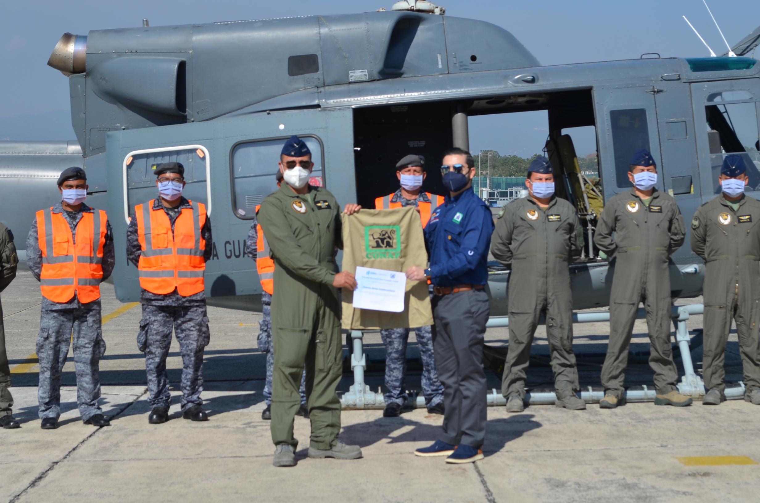 El CONAP entrega reconocimiento a la Fuerza Aérea Guatemalteca por el apoyo al combate de incendios forestales en áreas protegidas